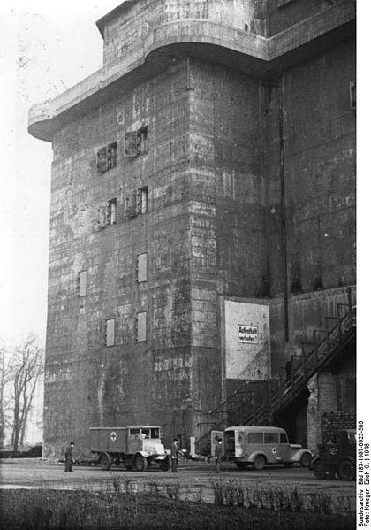 420px-Bundesarchiv_Bild_183-1997-0923-505,_Berlin-Tiergarten,_Flakturm_als_Krankenhaus