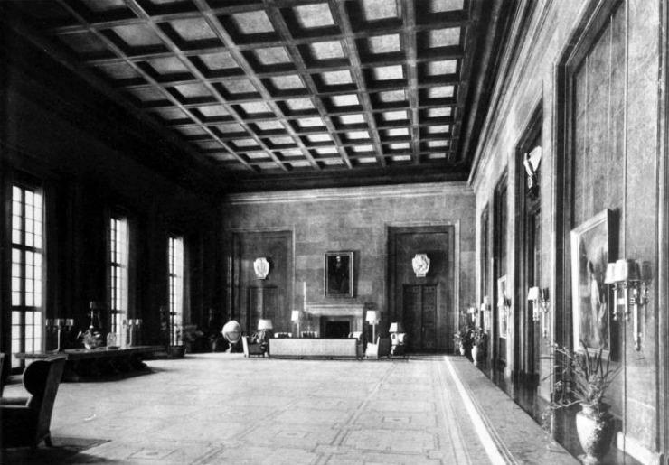 New Reich Chancellery: Hitler's work study, 1939. Bundesarchiv_Bild_146-1985-064-28A,_Berlin,_Neue_Reichskanzlei,_Arbeitszimmer