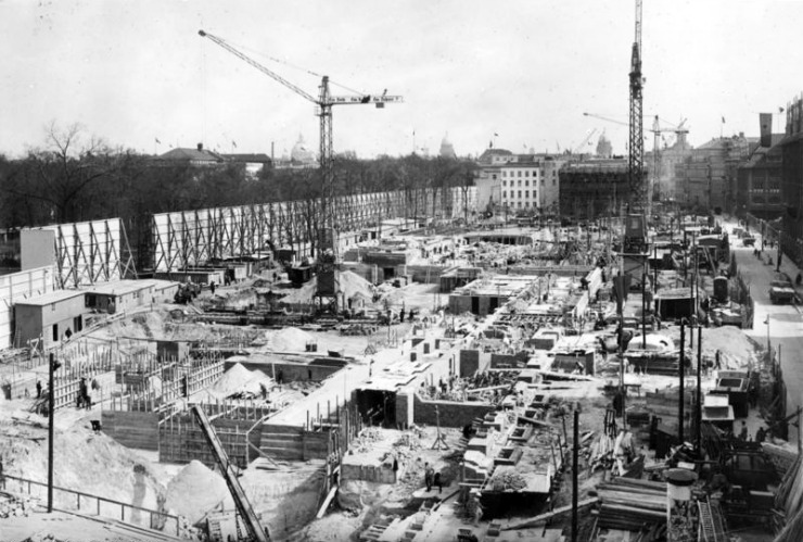 New Reich Chancellery under construction, 1938. Bundesarchiv_Bild_146-1991-041-03,_Berlin,_Bau_der_Neuen_Reichskanzlei