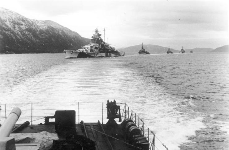 Bundesarchiv_Bild_183-J19316,_Norwegen,_Schlachtschiff,_Zerstörer