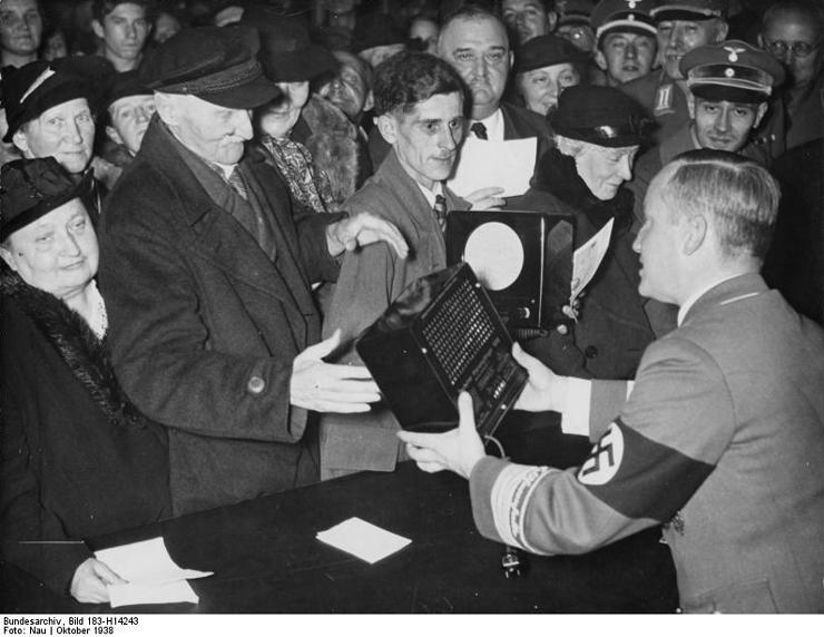 Bundesarchiv_Bild_183-H14243,_Berlin,_Verteilung_von_500_Radios_(Volksempfänger)