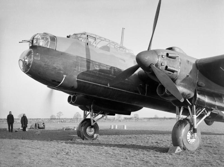 Avro_Manchester_Mk_I_of_No._207_Squadron_RAF_at_Waddington,_Lincolnshire,_12_September_1941._CH3879