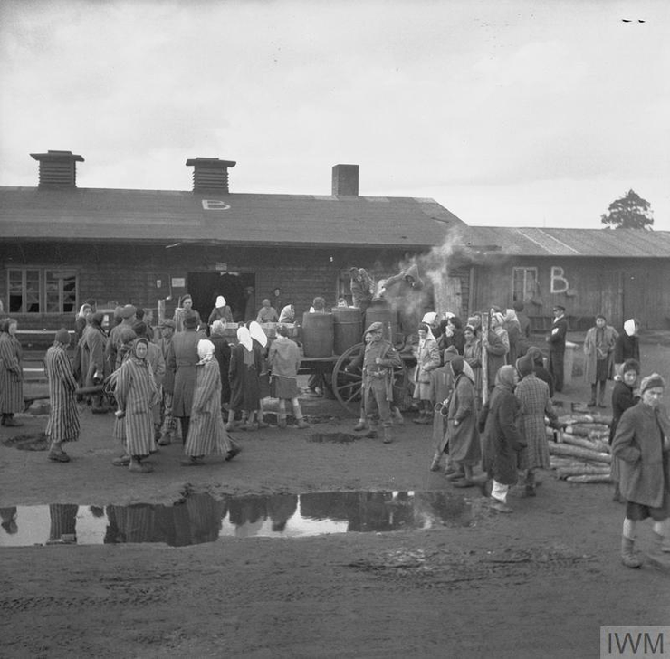 British soldiers supervise the distribution of food to camp inmates. © IWM (BU 4242)